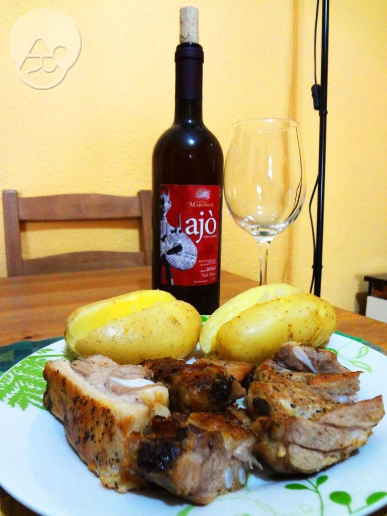 Costillas y papas asadas acompañadas de vino rosado de Cerdeña