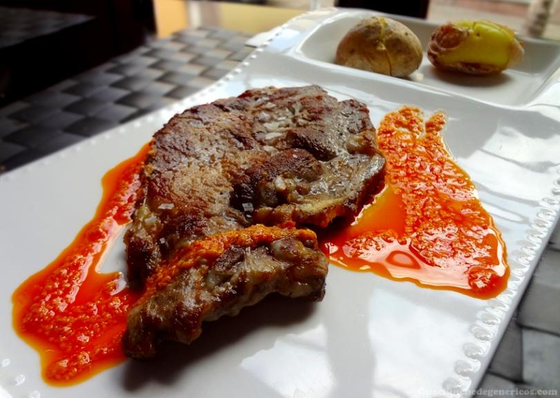 Chuleta de cerdo con papas arrugadas y mojo - Restaurante Ambrosía