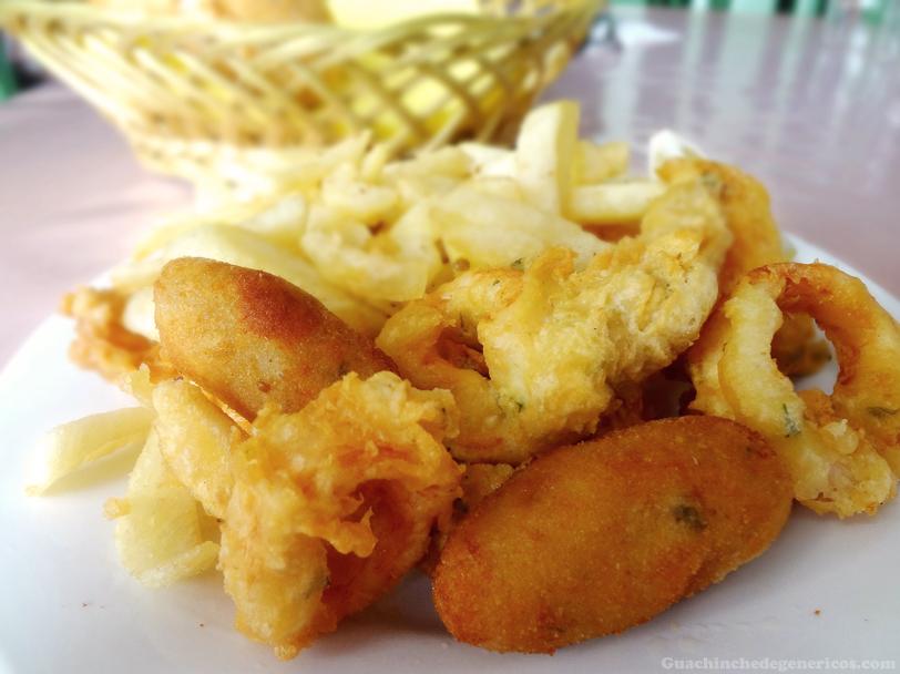 Combinado de calamares, croquetas y papas fritas de Restaurante El Montillo