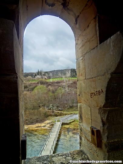 Torre de la desaparecida iglesia de Villanueva de Las Rozas en el embalse del Ebro, Cantabria