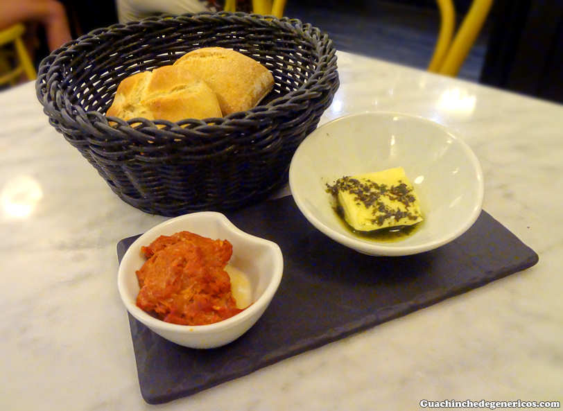 Pan acompañado de chorizo casero canario y mantequilla aromatizada con albahaca. Restaurante La Perica, San Cristobal de La Laguna (Tenerife)