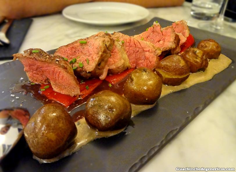 Solomillo de cochino negro con papas negras sobre salsa gorgonzola y pimientos de piquillo. Restaurante La Perica, San Cristobal de La Laguna (Tenerife)