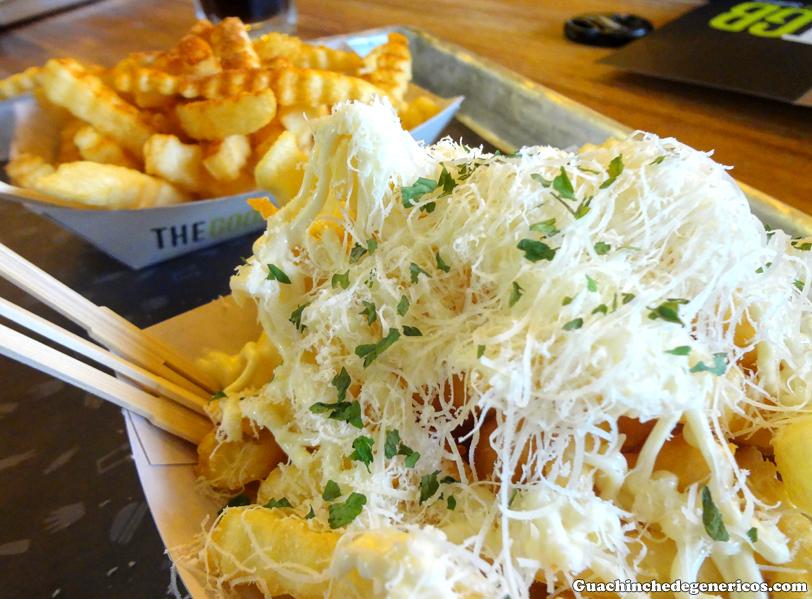 Patatas fritas con queso rallado, hierbas y salsa alioli. TGB: The Good Burger, Madrid